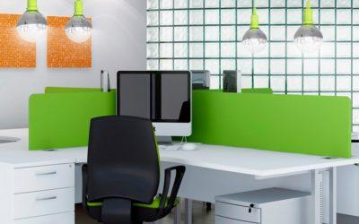 Jak urządzić domowy gabinet? – wybieramy meble, akcesoria i oświetlenie biurowe