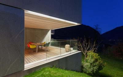 Funkcjonalny i przytulny balkon latem – postaw na oświetlenie!