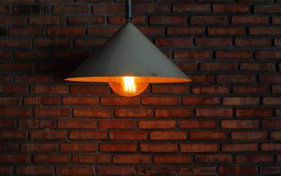 Lampa z abażurem czy z dekoracyjną żarówką? – porównanie rozwiązań