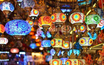 Lampy orientalne – czym się charakteryzują i do jakich wnętrz będą odpowiednie?