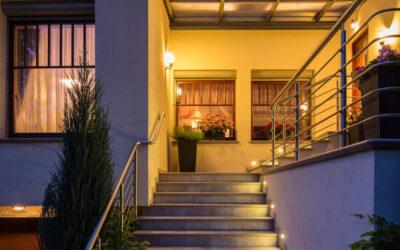 Oświetlenie zewnętrzne domu – praktyczne i sprawdzone rozwiązania
